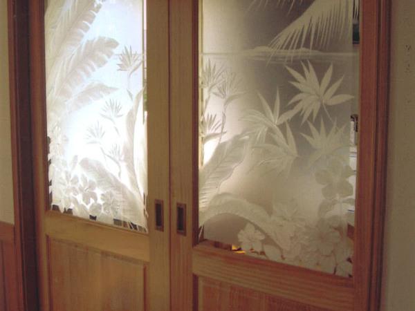 室内ドアのエッチングガラス