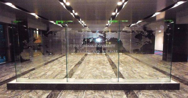 国際大学の世界地図エッチングガラス(建築アートガラス)