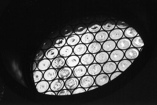 ガラス窓の始まり(ロンデルステンドグラス)