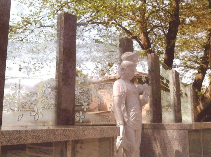 集合墓のガラスのサムネイル